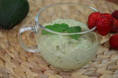 Zielony koktajl z awokado i szpinaku z owocami
