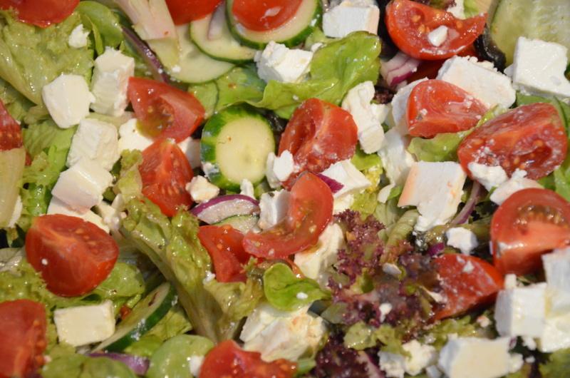 salata z fetą i pomidorem