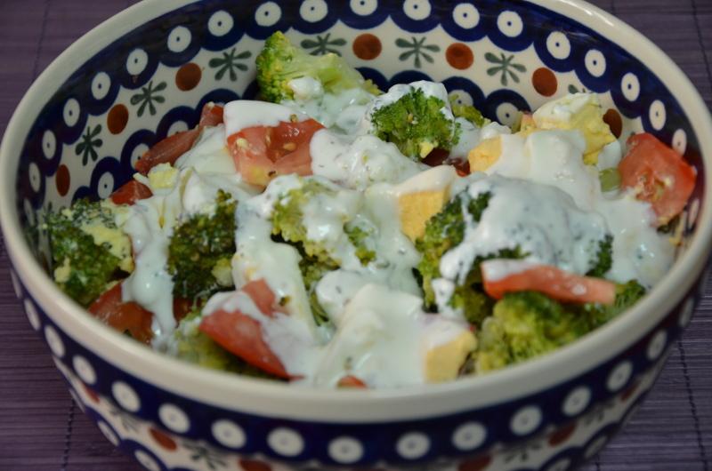 sałątka z brokułów z sosem czosnkowym