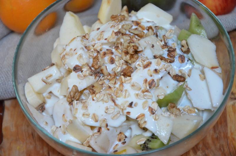 Sałatka owocowa z płatkami owsianymi o jogurtem