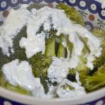 Brokuły z lekkim sosem czosnkowym