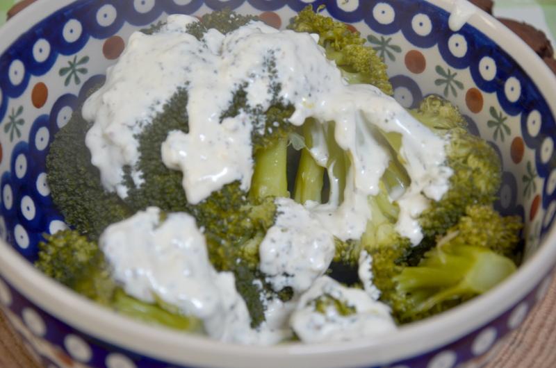 brokuly z sosem czosnkowym