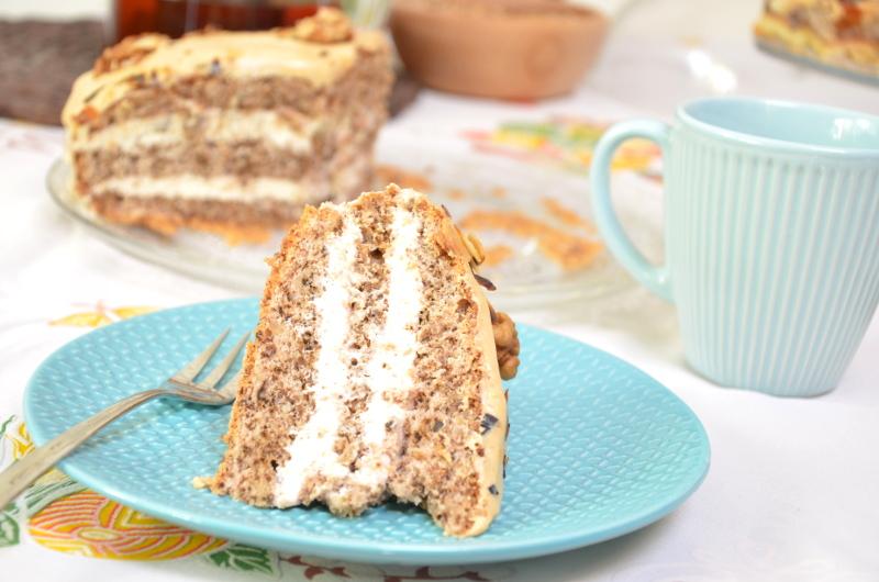 Tort orzechowy z kremem mascarpone i chałwą