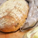 Prosty chleb pszenny z chrupiącą skórką