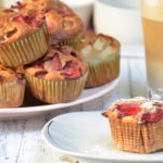 Muffinki pełnoziarniste z rabarbarem, truskawkami