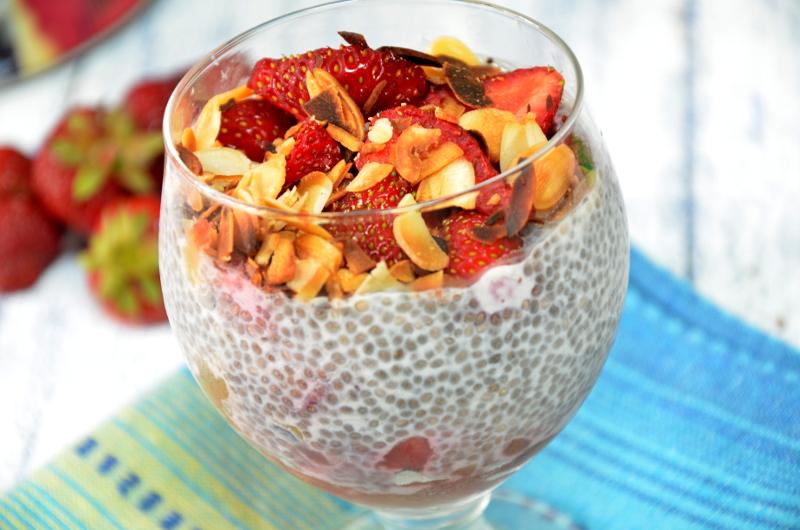 chia pudding truskawkowy