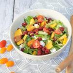 Sałatka z rukoli, malin i brzoskwini z sosem miodowo-musztardowym