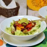 Pieczone warzywa sezonowe z sosem z awokado