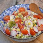 Sałatka brokułowa z rzodkiewką, kukurydzą i jajkiem