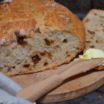 Chleb pszenny z garnka, z pomidorami