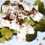 Sałatka z brokuła, suszonych pomidorów, fety i słonecznika