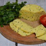 Domowy ser żółty z czarnuszką