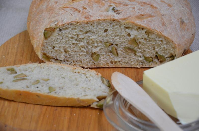 chleb pszenny domowy z oliwkami