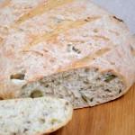 Chleb pszenny na drożdżach z oliwkami