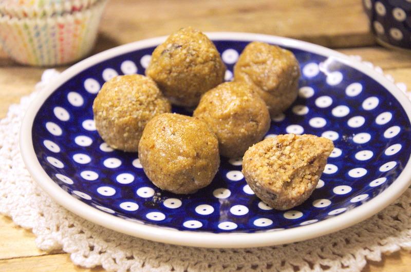 Kulki chałwowo-orzechowe z daktylami i masłem orzechowym