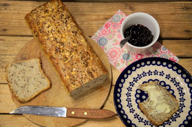 Szybki i prosty chleb pszenno-żytni na drożdżach z ziarnami