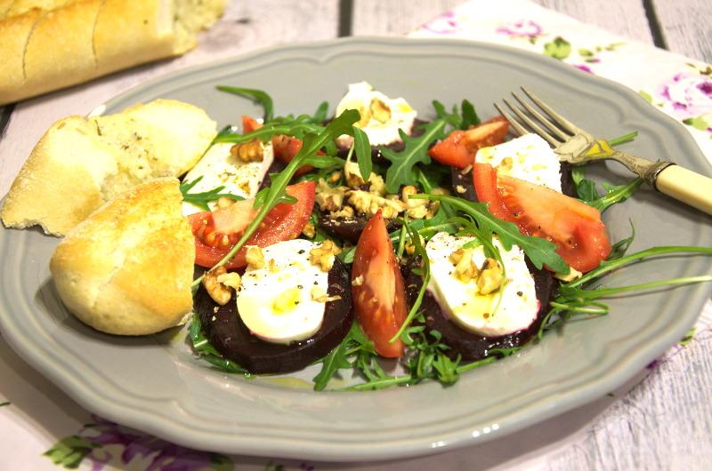 Sałatka z pieczonych  buraków z mozzarellą, rukolą, pomidorami i orzechami