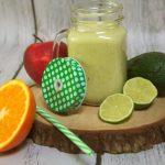 Zielony koktajl z siemieniem, awokado, jabłkiem, bananem i pomarańczą