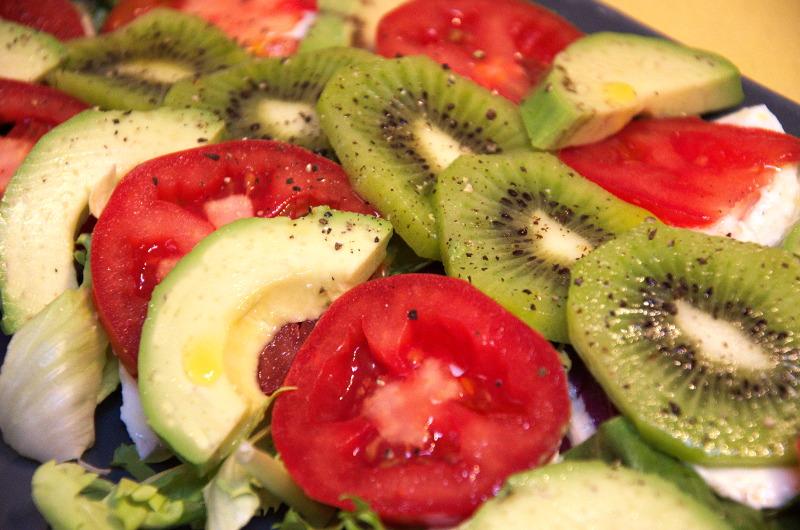 Fit sałatka z mozzarellą, pomidorami, kiwi i awokado