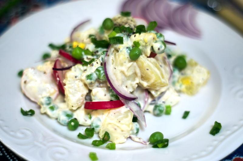 Sałatka z ziemniakami, groszkiem i jajkiem