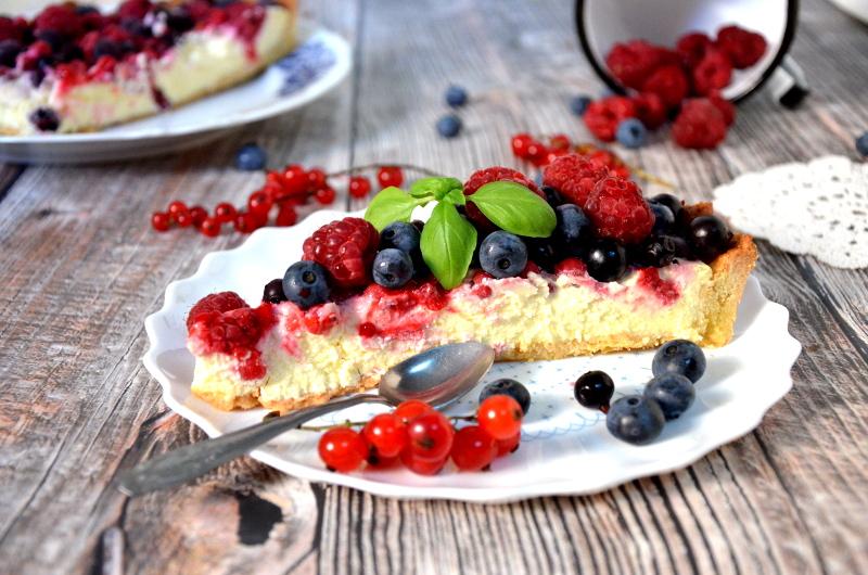Tarta z nadzieniem serowym i owocami lata