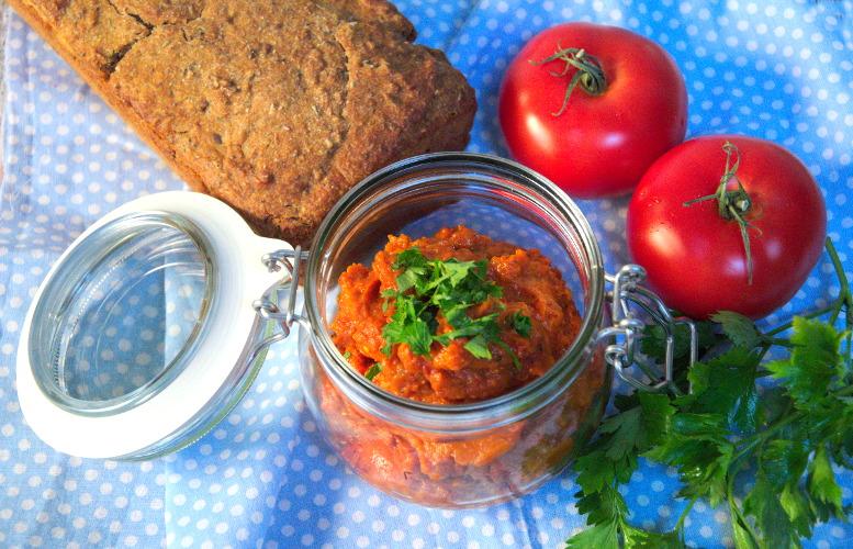 Pasta do chleba z pieczonej dyni, papryki, czosnku i suszonych pomidorów