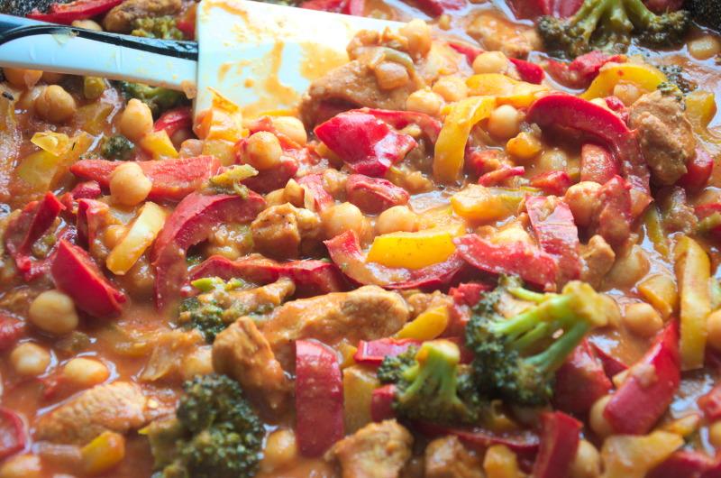 Kurczak z cieciorką, warzywami w sosie orzechowo-pomidorowym