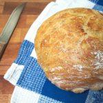 Łatwy chleb pszenny z ziołami prowansalskimi, pieczony w garnku