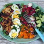 Sałatka z jajkiem, ogórkiem, pomidorem i kurczakiem