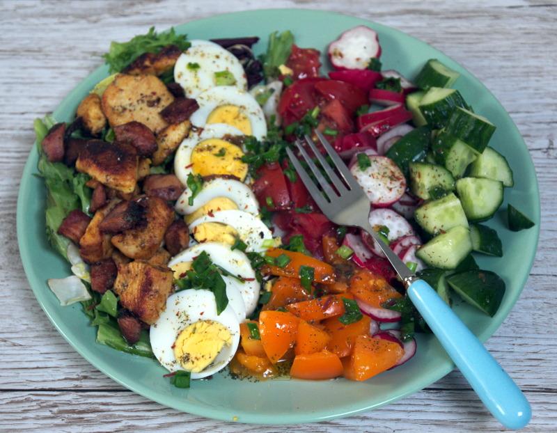 Sałatka z jajkiem, ogórkiem, pomidorem i kurczakiem czyli no-waste cd.