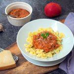 Makaron z pesto pomidorowym z bazylią