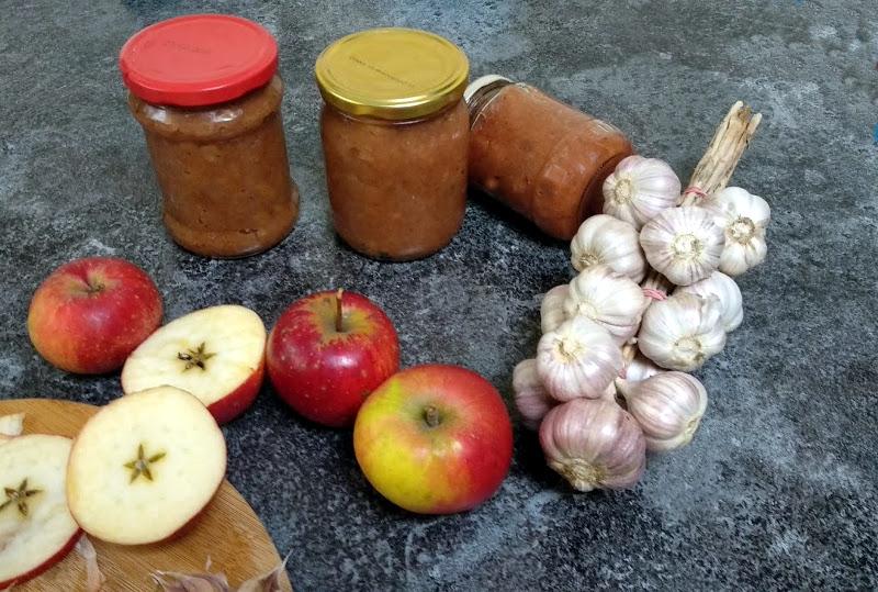 Jabłka na ostro do mięs z czosnkiem i cebulą