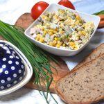 Sałatka z pieczarek, kukurydzy, szynki i sera