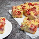 Proste ciasto drożdżowe z truskawkami i rabarbarem