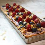 Tarta z kremem jagodowym i owocami